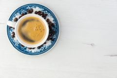 Άποψη άνωθεν ενός εύγευστου και νόστιμου παλαιού και αγροτικού φλυτζανιού του πρόσφατα γίνονταυ καφέ με τα φασόλια καφέ στοκ εικόνες