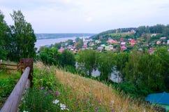 Άποψη άνωθεν σχετικά με την επαρχιακή πόλη του ποταμού Ples και του Βόλγα, Ρωσία Στοκ φωτογραφίες με δικαίωμα ελεύθερης χρήσης