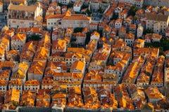 Άποψη άνωθεν σχετικά με το κόκκινο κεραμίδι στις στέγες των σπιτιών στην παλαιά πόλη σε Dubrovnik, Κροατία Στοκ εικόνα με δικαίωμα ελεύθερης χρήσης