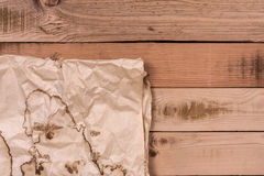 Άποψη άνωθεν του παλαιού εγγράφου grunge για το ξύλινο υπόβαθρο, τοπ άποψη Στοκ φωτογραφίες με δικαίωμα ελεύθερης χρήσης