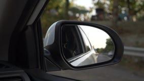 Άποψη έξω ο οπισθοσκόπος καθρέφτης, όταν περνά το αυτοκίνητο κατά μήκος του δρόμου το καλοκαίρι 4k, σε αργή κίνηση πυροβολισμός απόθεμα βίντεο