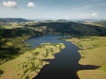 Άποψη αέρα της λίμνης Ribnicko στο βουνό Zlatibor στοκ εικόνες