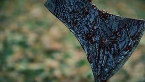 Άποψη αίμα-κατάψυξης του αιχμηρού τσεκουριού που καλύπτεται με το αίμα του θύματος μετά από τη δολοφονία απόθεμα βίντεο