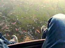 Άποψη αγροκτημάτων/πόλεων από το ανεμόπτερο, ένας αθλητισμός περιπέτειας στοκ εικόνες