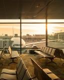 Άποψη αεροπλάνων από το σαλόνι αερολιμένων στο τερματικό αερολιμένων Στοκ Εικόνες