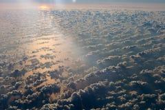 Άποψη αεροσκαφών στον ουρανό ηλιοβασιλέματος και το νερό της Μεσογείου, ένωση της Ευρώπης Στοκ Εικόνα