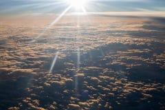 Άποψη αεροσκαφών στον ουρανό και το νερό ηλιοβασιλέματος Στοκ Εικόνες