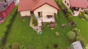 Άποψη ακίνητων περιουσιών από τον κηφήνα, σπίτι στην Πολωνία απόθεμα βίντεο