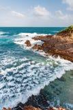 Άποψη ακρών απότομων βράχων παραλιών τραχιάς θάλασσας του Τρινιδάδ και Τομπάγκο Δυτικές Ινδίες Toco Στοκ Εικόνα
