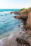 Άποψη ακρών απότομων βράχων παραλιών τραχιάς θάλασσας του Τρινιδάδ και Τομπάγκο Δυτικές Ινδίες Toco Στοκ Εικόνες