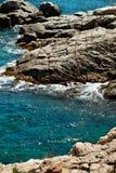 Άποψη ακτών με τις εγκαταστάσεις και τα κύματα απότομων βράχων στην Ισπανία Στοκ εικόνα με δικαίωμα ελεύθερης χρήσης