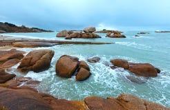 Άποψη ακτών Tregastel (Βρετάνη, Γαλλία) Στοκ εικόνες με δικαίωμα ελεύθερης χρήσης