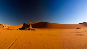 Άποψη ανατολής στον αμμόλοφο Merzouga κασσίτερου, εθνικό πάρκο Tassili nAjjer, Αλγερία Στοκ Φωτογραφία