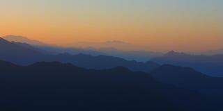 Άποψη ανατολής της όμορφης σκιαγραφίας βουνών Στοκ εικόνα με δικαίωμα ελεύθερης χρήσης