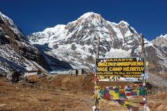 Άποψη ανατολής του στρατόπεδου βάσεων Annapurna με το ευπρόσδεκτο σημάδι, Νεπάλ Στοκ Φωτογραφίες