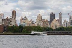 Άποψη ανατολικών ποταμών από τη βασίλισσα NY στοκ εικόνες