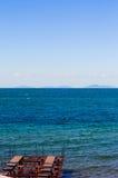 Άποψη ανοικτής θάλασσας με την αποβάθρα κάτω από την κατασκευή Στοκ εικόνες με δικαίωμα ελεύθερης χρήσης