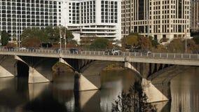 Άποψη απογεύματος απόμακρων πιθανοτήτων της κυκλοφορίας στη γέφυρα λεωφόρων συνεδρίων του S απόθεμα βίντεο