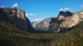Άποψη απογεύματος των πτώσεων Bridalveil και του μισού θόλου στο εθνικό πάρκο Yosemite απόθεμα βίντεο
