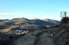 Άποψη από έναν λόφο ενός χωριού στοκ εικόνες με δικαίωμα ελεύθερης χρήσης