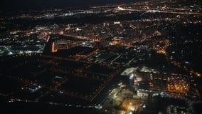 Άποψη από ένα αεροπλάνο έξω το παράθυρο της πόλης Φω'τα νύχτας απόθεμα βίντεο