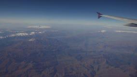 Άποψη από ένα παράθυρο αεροπλάνων στα βουνά Στοκ φωτογραφία με δικαίωμα ελεύθερης χρήσης