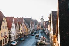 Άποψη από ένα υψηλό σημείο σε μια όμορφη οδό με τα παραδοσιακά γερμανικά σπίτια σε Rothenburg ob der Tauber στη Γερμανία Στοκ φωτογραφία με δικαίωμα ελεύθερης χρήσης