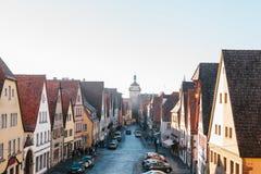 Άποψη από ένα υψηλό σημείο σε μια όμορφη οδό με τα παραδοσιακά γερμανικά σπίτια σε Rothenburg ob der Tauber στη Γερμανία Στοκ εικόνες με δικαίωμα ελεύθερης χρήσης
