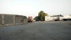 Άποψη από απόσταση για τα σταθμευμένα φορτηγά φιλμ μικρού μήκους