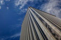 Άποψη από κάτω από ενός μεγάλου εταιρικού κτηρίου Στοκ εικόνα με δικαίωμα ελεύθερης χρήσης