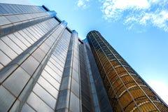 Άποψη από κάτω από ενός σύγχρονου επιχειρησιακού κτηρίου Στοκ Εικόνα