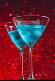 Άποψη από κάτω από των ποτηριών του φρέσκου μπλε κοκτέιλ με τον πάγο στοκ εικόνες με δικαίωμα ελεύθερης χρήσης