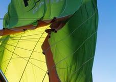 Άποψη από κάτω από επάνω στον καταρρέοντας φάκελο ενός πράσινου ζεστού αέρα Στοκ φωτογραφίες με δικαίωμα ελεύθερης χρήσης