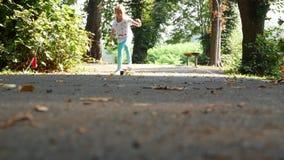 Άποψη από κάτω από σχετικά με να κάνει σκέιτ μπορντ κοριτσιών Ηλιόλουστη ημέρα φθινοπώρου στο πάρκο, υπαίθρια δραστηριότητα απόθεμα βίντεο