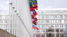 Άποψη από κάτω από του κυματίζοντας μισό-ιστού σημαιών Ρωσικής Ομοσπονδίας φιλμ μικρού μήκους
