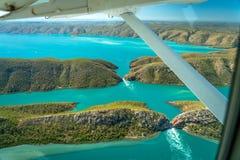 Άποψη από κάτω από το φτερό του αεροπλάνου πέρα από την οριζόντια περιοχή πτώσεων στη δυτική Αυστραλία στοκ φωτογραφίες με δικαίωμα ελεύθερης χρήσης