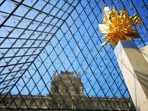 Άποψη από μέσα από την πυραμίδα μουσείων του Λούβρου στο Παρίσι, Γαλλία Στοκ Εικόνα