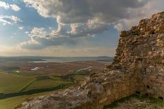 Άποψη από μέσα από το κάστρο πίσω από τον τοίχο στοκ εικόνες με δικαίωμα ελεύθερης χρήσης