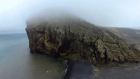Άποψη από μακρυά σχετικά με έναν βράχο στο νερό Andreev απόθεμα βίντεο