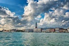 Άποψη από μια βάρκα του Doges παλατιού και του καμπαναριού Στοκ Εικόνα