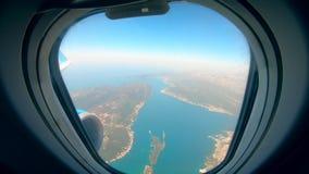 Άποψη από μια καμπίνα αεροσκαφών στη θάλασσα και το έδαφος απόθεμα βίντεο