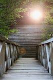 Άποψη από μια ξύλινη γέφυρα στο ηλιοβασίλεμα στοκ εικόνες