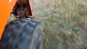 Άποψη από μια ρόδα του βαριού φορτηγού που κινείται στο μαραμένο λιβάδι χλόης σκηνή Κλείστε επάνω για τη μεγάλη ρόδα του κόκκινου απόθεμα βίντεο