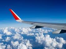 Άποψη από τα παράθυρα αεροπλάνων από τον επιβάτη, την όμορφους ομάδα σύννεφων και το μπλε ουρανό Αεροσκάφη φτερών στο ύψος κατά τ στοκ φωτογραφία με δικαίωμα ελεύθερης χρήσης