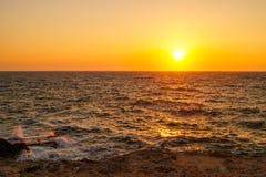 Άποψη από την ακτή στον ήλιο ρύθμισης, pos Chernomorskoye, Κριμαία Στοκ Φωτογραφία