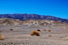 Άποψη από την εθνική οδό 190 προς τα αλατισμένα επίπεδα της λεκάνης Badwater, κοιλάδα θανάτου, Καλιφόρνια στοκ φωτογραφία με δικαίωμα ελεύθερης χρήσης