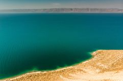 Άποψη από την ιορδανική ακτή πέρα από τη νεκρή θάλασσα στα βουνά στη δυτική πλευρά στο Ισραήλ Στοκ Φωτογραφία
