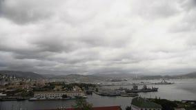 Άποψη από την κορυφή στην όμορφη πόλη της Πίζας, το λιμένα με τα σκάφη και τον ποταμό Arno στην Ιταλία απόθεμα βίντεο