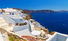 Άποψη από την κορυφή στη Oia άσπρη αρχιτεκτονική των ξενοδοχείων και της θάλασσας Santorini Στοκ φωτογραφίες με δικαίωμα ελεύθερης χρήσης