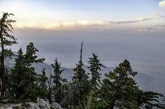 Άποψη από την κορυφή της κορυφής βουνών στοκ φωτογραφίες με δικαίωμα ελεύθερης χρήσης